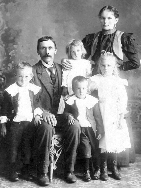 Juho Heikki Göös kuoli kaivosonnettomuudessa vuonna 1902. Kuvassa Heikki vaimonsa Maria Matilda os. Kainun ja neljän lapsensa Amandan, Heikin (vas.), Antin ja Emman kanssa Wisconsinin Iron Beltissä.