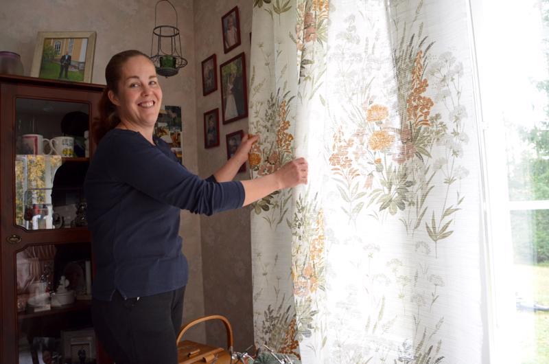 Satu Höglund on viime aikoina bongaillut kirppareilta vanhoja tekstiilejä. Esimerkiksi olohuoneen verhot ovat kirppislöytö.