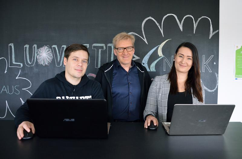 Digitoimisto Sfäärin kolmikon muodostavat Jani Rajaniemi, Tapio Paavola ja Mira Rajaniemi.
