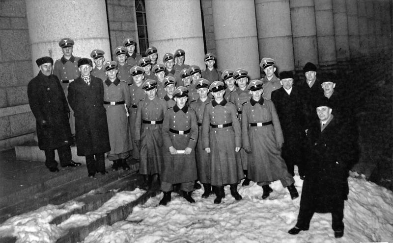 SS-miehetkin pääsivät rintamalta lomalle. Tämä joukko vieraili lomallaan eduskuntatalossa IKL:n eli Isänmaallisen kansanliikkeen eduskuntaryhmän kutsumana.