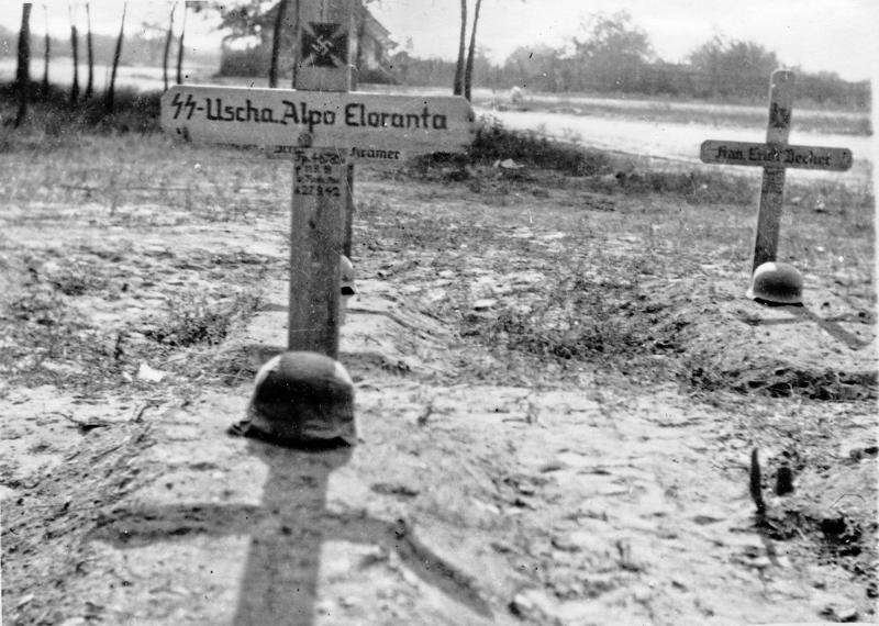 Suomalaisista SS-miehistä 255 kaatui rintamalla. Alpo Elorannan haudalle pystytettiin perinteinen risti.