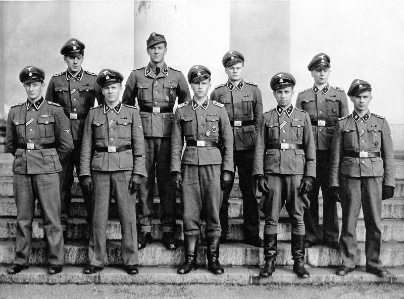 Tölzin upseerikoulua eli junkkerikoulua Saksassa käyneitä suomalaiskokelaita kokoontui Suurkirkon portaille lokakuussa 1943. Kuvauspaikan valinnalla viestitettiin valtapyrkimyksistä.