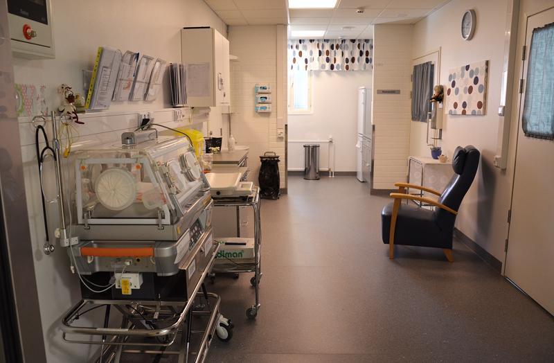 Valvira katsoo, että sosiaali- ja terveysministeriön poikkeuslupa koski vain synnytysten määrää ei laatua. Sairaanhoitopiiri on tehnyt vuodesta 2016 lähtien jatkuvasti synnytysten turvallisuuta parantavia toimia. Yksi on kuvassa näkyvä Vaavila eli vauvojen tehohoitoyksikkö.