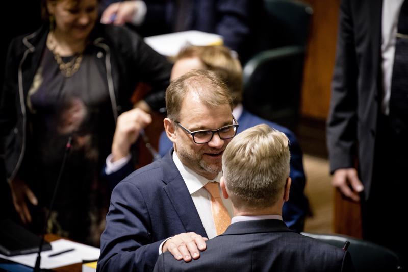 Pääministeri Juha Sipilä ja hallitusta tukenut kansanedustaja Peter Östman (kd.) ennen ratkaisevaa äänestystä, jossa Östman tuki hallitusta.