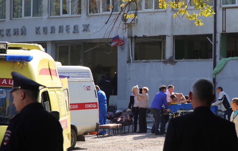 Iskussa haavoittuneita hoidettiin koulun edustalla Ketshissä Krimillä.