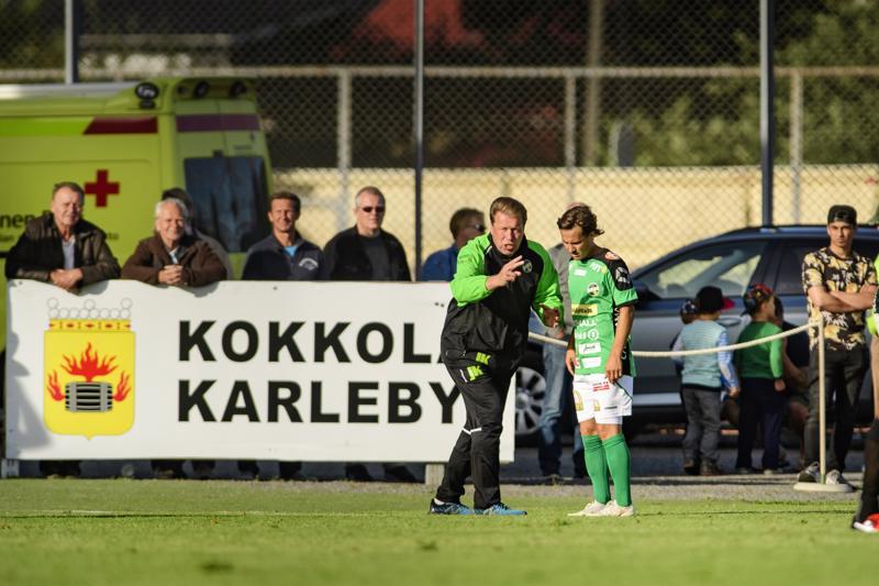 Jarmo Korhonen evästi Sebastian Mannströmiä kesken edellisen IFK-pelin, joka päättyi Keskuskentällä tasan 2-2.