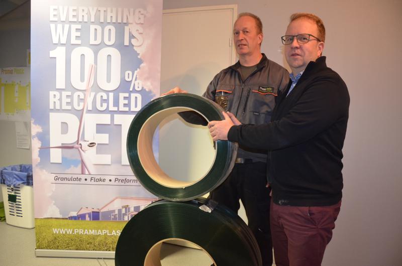 Kierrätyskeskustelu vauhdittaa. Yrittäjä Marko Mäkinen (oikealla) ja Pramia Plasticin tuotantopäällikkö Jari Korkiakangas sanovat, että yritys tarvitsee aivan lähitulevaisuudessa 14 uutta työntekijää. Yritys on ollut alusta lähtien halunnut olla kiertotalouden edelläkävijä.