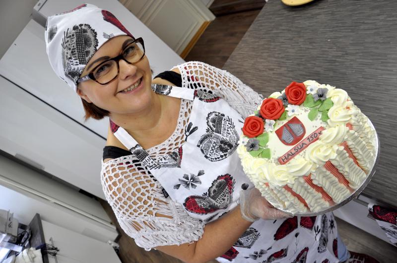 Lounasruokalan yhteydessä toimii myös kahvila, josta saa tilata Kakkukankaan kakkuja. Kuvan kakun koristeet Tarja Kangas on suunnitellut Halsuan vaakunan ja 150-vuotisjuhlavuoden pohjalta.
