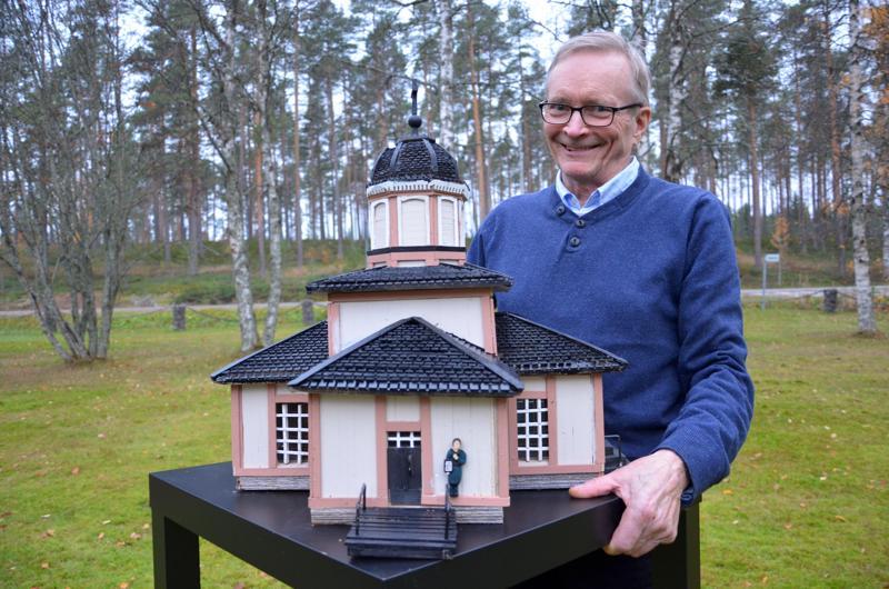 Halsuan kirkko on tasavartinen ristikirkko, jonka Jaakko Kuorikoski rakensi Heikki-isänsä suunnitelmien mukaan vuosina 1825–1826. Kari Kauppinen on rakentanut kirkosta tänä vuonna pienoismallin.