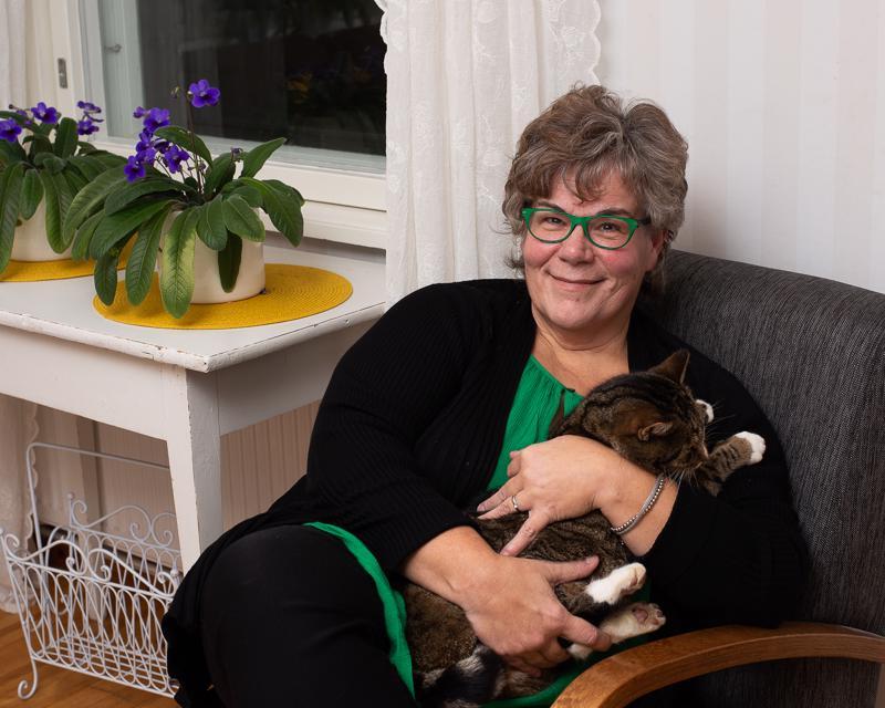 """Vaikka Merja Hilliaho kaipaa opettajan työtään, hän on löytänyt siihen korvaavaa toimintaa perhekoteihin viedystä perusopetuksesta. """"Tätä palvelua tarvitaan yhä enemmän ja se on ihanaa työtä. Minä nautin haastavista tilanteista ja siitä, kun niihin löytyy lopulta ratkaisu"""", hän kommentoi."""