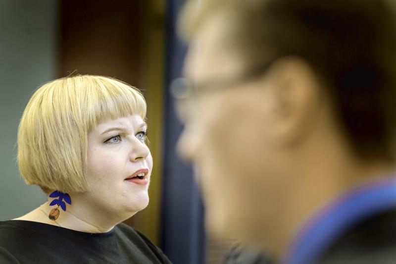 Ministeri Annika Saarikko sanoo, että heinäkuinen päätös poikkeusluvasta koski vain synnytysten määrää, ei laatua. Laatuasiat kuuluvat Valviralle.