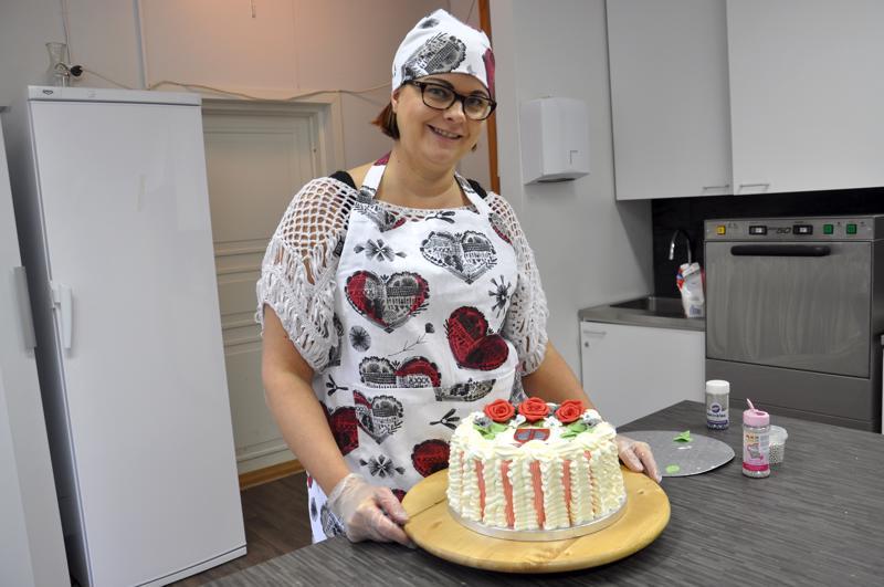 Tarja Kangas poimi Halsua 150 -aiheisen kakun koristeiden värit kunnan vaakunasta.