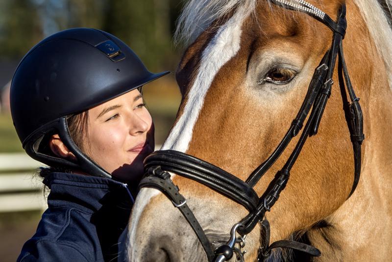Jenna Rahkonen käy kaksi kertaa viikossa ratsastamassa Hultan Inkkari -nimisellä hevosella Muhosen tallilla.