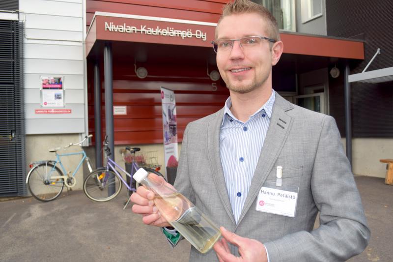 Hannu Petäistö esittelee Nivalan Kaukolämpö Oy:n pullotettua savukaasua.