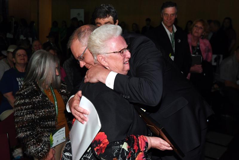 Australian pääministeri Scott Morrison halasi lapsena hyväksikäytön uhriksi joutunutta Canberrassa maanantaina.