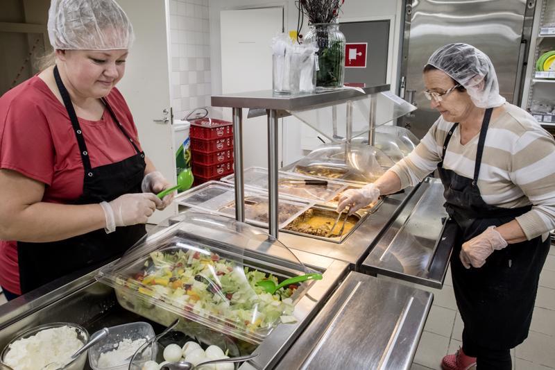 Aili Kalda ja Terttu Videnoja valmistelivat koululaisten lounasta maanantaina M-Market Lukkarissa.