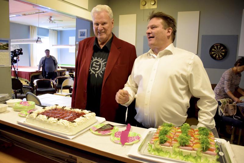 Kunniapuheenjohtaja Timo Koivu ja nykyinen puheenjohtaja Kimmo Tyni sekä klubilaiset laittavat kohta suut makeaksi juhlan kunniaksi.