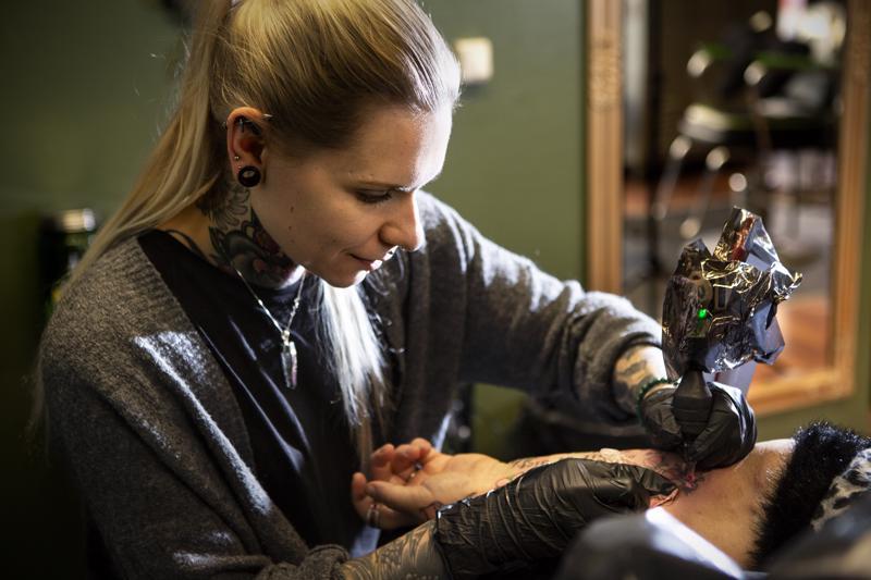 Tatuoijat toimivat pääasiassa yrittäjinä. Heidän ansiotasonsa määräytyy liiketoiminnan kannattavuuden mukaan.