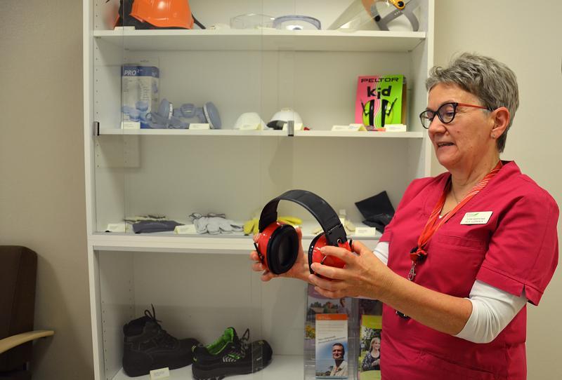 Kallion työterveyshuollossa Ylivieskassa on esillä erilaisia työturvallisuutta parantavia suojavarusteita, muun muassa kuulosuojaimia, joita esittelemässä työterveyshoitaja Aila Luokkala.