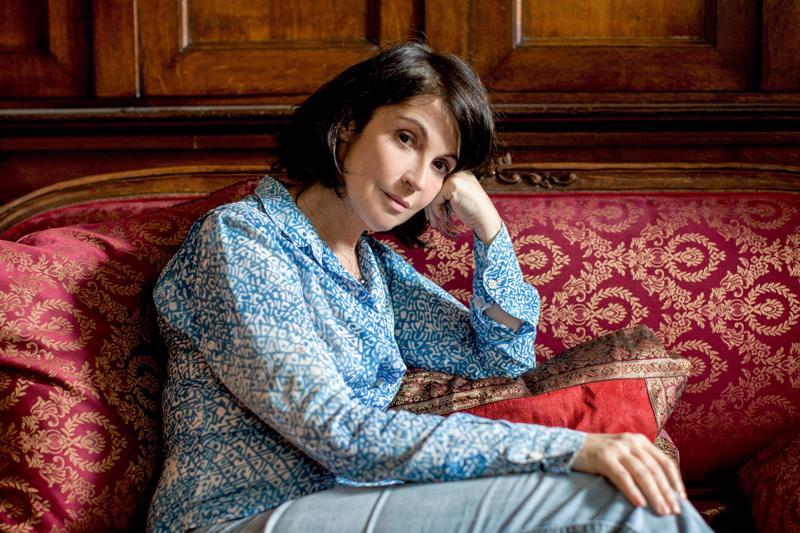 Zabou Breitman on ohjannut sarjan ja hän näyttelee yhtä viidestä naisesta, helmenkasvattaja Gil Bernaudia.