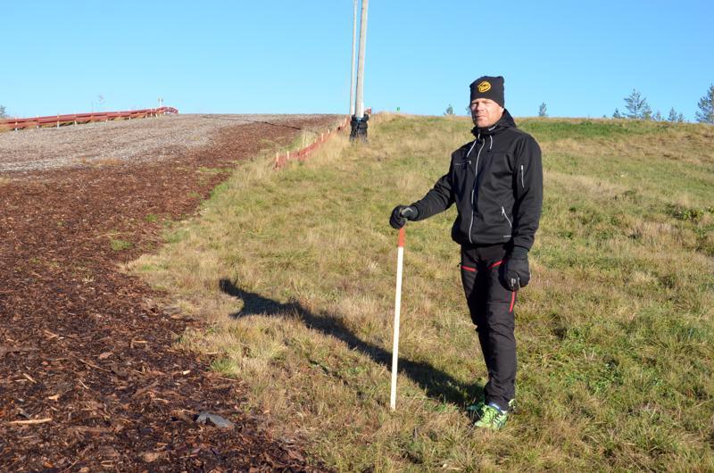 Liikunnanohjaaja Janne Nivala Kitinkankaan hiihtostadionilla paikalla, johon kuntoportaat rakennetaan.