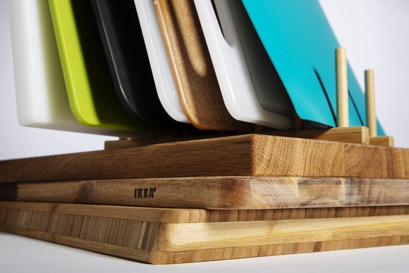 Kuvan leikkuulautojen hinnat vaihtelevat 1,99 euron polypropeenimuovilaudasta 47 euron masiivipuiseen tammilautaan. Puisille leikuulaudoille suositellaan vain käsinpesua ja säännöllistä öljyämistä. Useimmat muovi- ja puukuitulaudat kestävät konepesun.