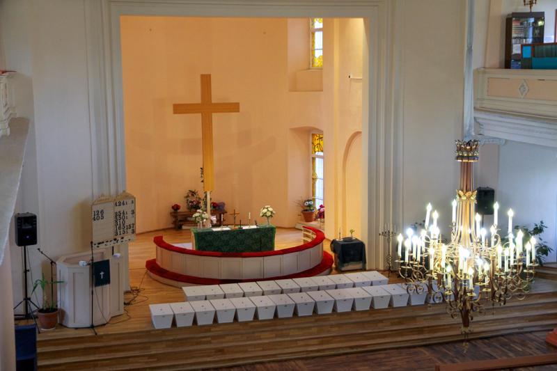 Riveissä pieniä valkoisia arkkuja. Kotiin palaavat sotavainajat siunattiin Viipurin Pietarin ja Paavalin kirkossa ennen paluumatkaa.