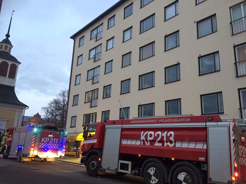 Pietarsaaren Isokadulla asunnossa päälle jäänyt uuni aiheutti palohälytyksen. Tilanteesta selvittiin säikähdyksellä ja tuuletuksella.