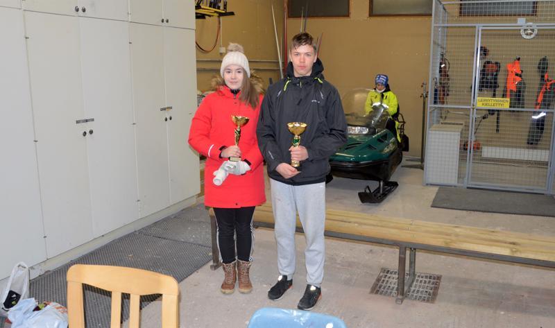 Perhonjokilaakson yö-cupin voittoon suunnisti OK Botnian Gutav Forsell (oik.) ja naisten sarjan voitti Halsuan Toivon Maisa Simola.