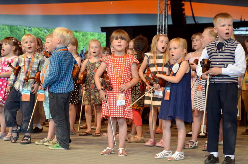 Kaustislainen viulunsoitto siirtyy seuraaville sukupolville muun muassa Näppäreittein kautta.