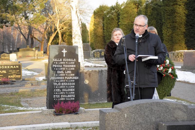 Kirkkoherra Bo-Göran Åstrand pyysi anteeksiantoa sille, että vuonna 1918 teloitetut miehet eivät aikanaan saaneet oikeutettua hautaansiunausta.