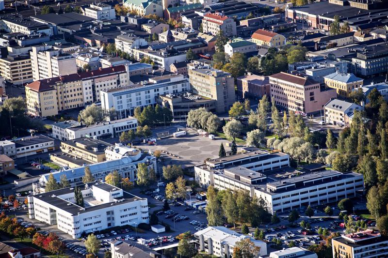 Kokkolan Kauppatori suunnitellaan uudelleen. Kaupungintalon (oikealla) pysäköintialue voi muuttua kerrostalotonteiksi.