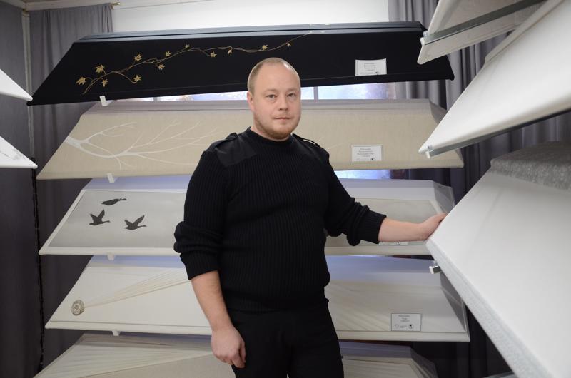 Arkkuja on moneen makuun, kertoo hautaustoimistoyrittäjä Harri Siljala Valkoisesta purjeesta.