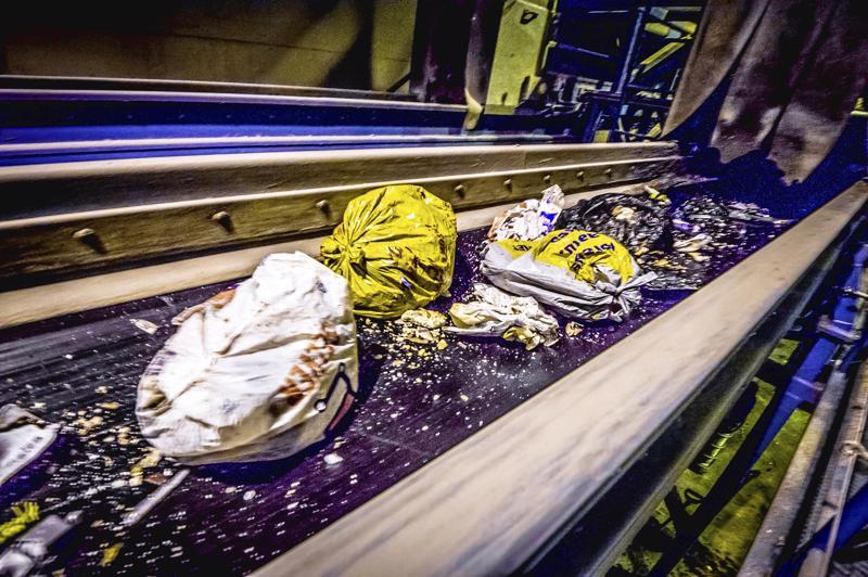 Biojätettä voi pakata paperipussiin, sanomalehdestä taiteltuun pussiin tai tuttuun muovipussiin
