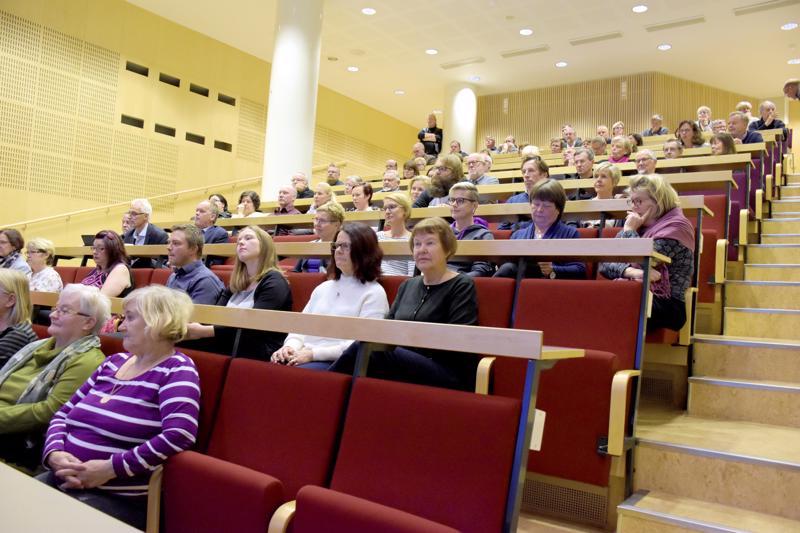 Lukion auditorio täyttyi mukavasti väestä torstaina. Suomenkielisten pietarsaarelaisten asiat kiinnostivat.