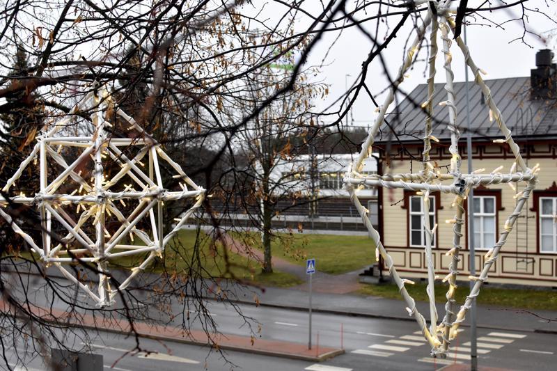 Valohimmeleitä asennetaan parhaillaan Isokadulle ja Chydeniuksen puistoon.