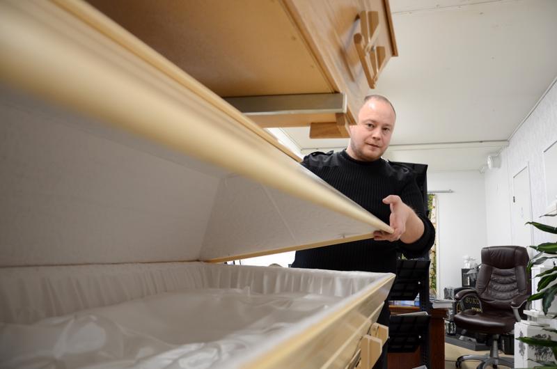 Arkkuja on moneen makuun, kertoo hautaustoimistoyrittäjä Harri Siljala.