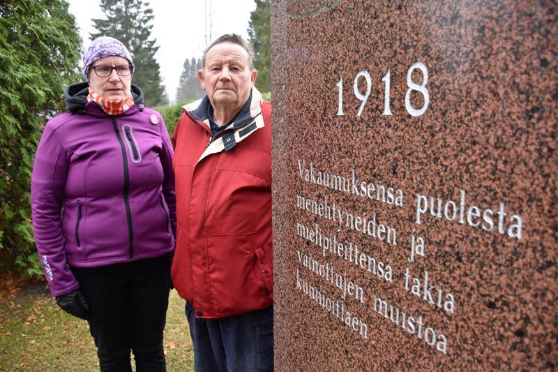 Muistomerkkityöryhmän vetäjä Päivi Alho ja jäsen Väinö Hietala ovat kiitollisia siitä, että vainajien nimet saadaan vihdoin Kalajoen kirkkomaalla olevaan punaisten muistomerkkiin.