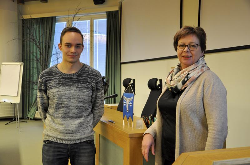 Päivä johtajana. Eemeli Valli seurasi päivän ajan kaupunginjohtaja Terttu Kortteen työtä Kannuksessa, koska on kiinnostunut politiikasta ja hallinnosta.