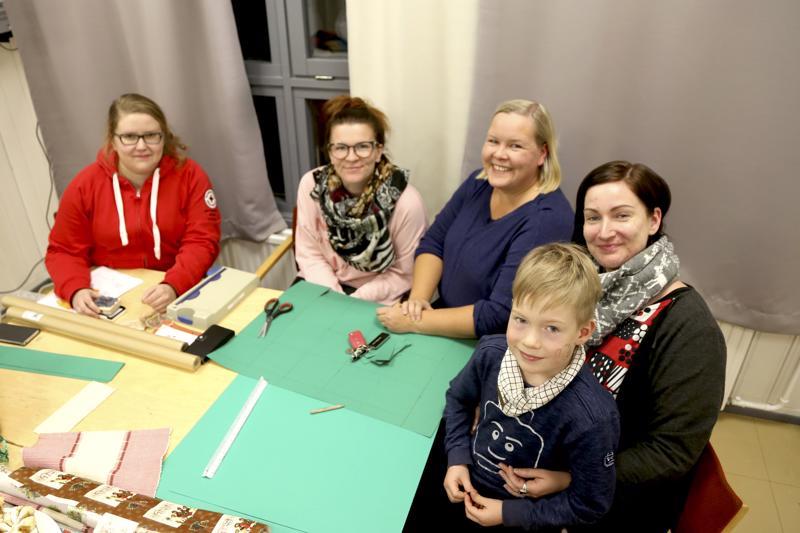 Minna Koivusalo, Elina Holopainen, Tuija Puumala sekä Elina ja Rasmus Mäkelä kerääntyivät joululahjakeräyksen pakettikorttien askartelutalkoisiin.