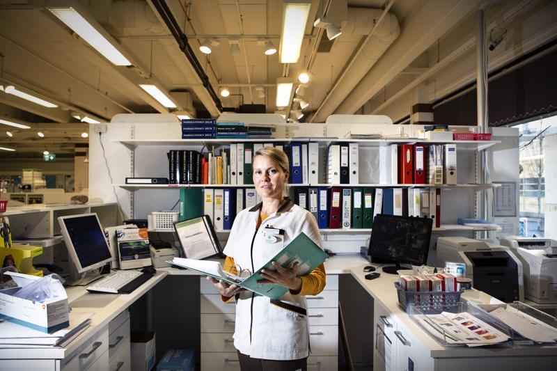 -Farmaseutin tehtäviin kuuluu monen muun tehtävän ohella myös palvelutalojen tekemien tilausten tarkistaminen sekä ongelmatilanteiden selvittäminen, kertoo Kallentorin apteekissa työskentelevä Elina Orjala.