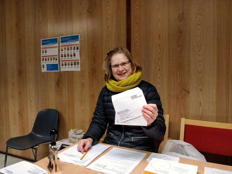 Kanttori Mirkkalea Konttila oli vaalitoimitsijana Pietarsaaren suomalaisesta seurakunnasta kävelykadun vaalituvalla ensimmäisenä ennakkoäänestyspäivänä tiistaina.