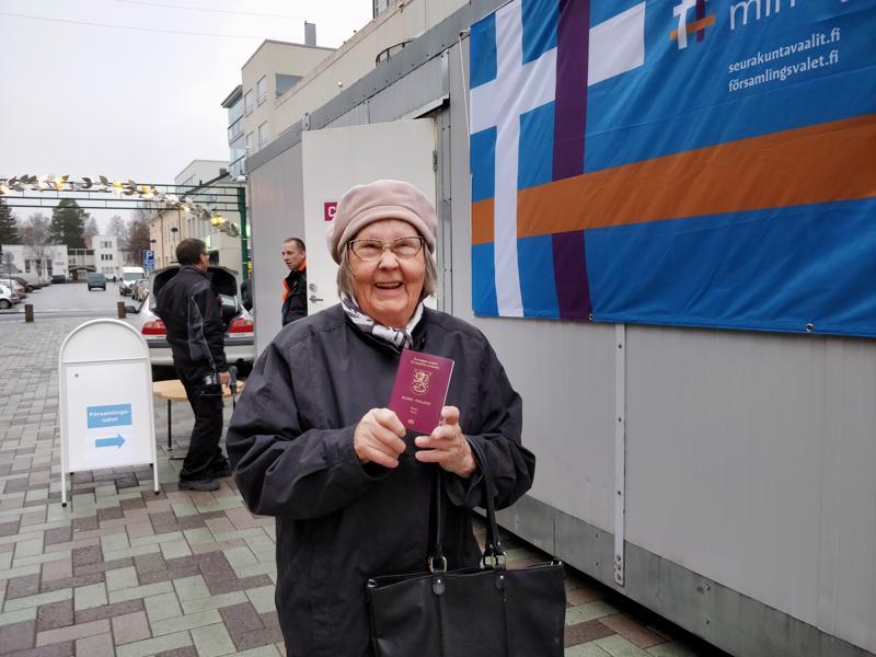 - Passista näkivät, että on oikea mummo liikkeellä, tuumi Laimi Hanhineva kävelykadun vaalituvalla, missä hän kävi ensimmäisten joukossa jättämässä äänensä ennakkoon seurakuntavaaleissa.
