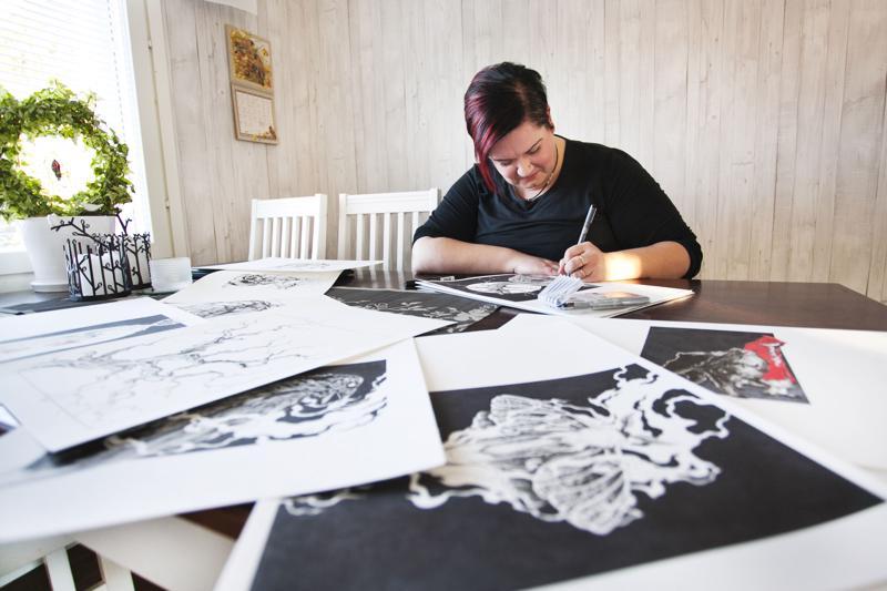 Susanna Tuomaala piirtää pistetekniikalla. Värinä musta on ykkönen. Korkeintaan mukana on ripaus punaista, vaikka veren tai ruusun muodossa.