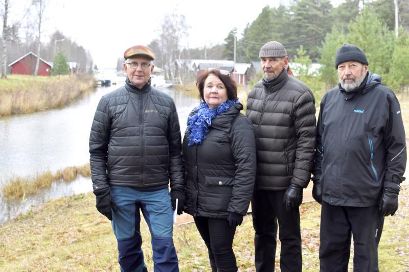 Suntinrannan venehuoneen ry:n Tom Niemi, Anita Hyvönen, Markku Pohjonen ja Erkki Minkkinen.