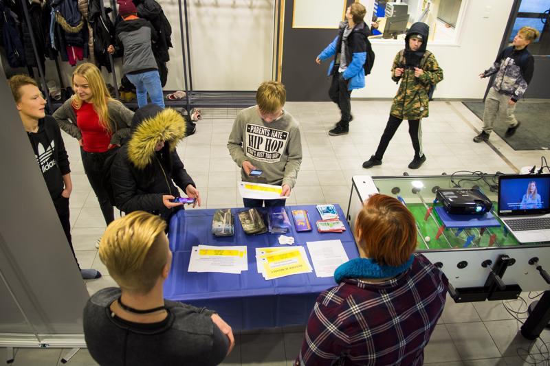 Eveliina Mustolan ja Mikael Vuotilan pitämä nuuskastandi herätti kiinnostusta Niva-Kaijan koulun aulassa.