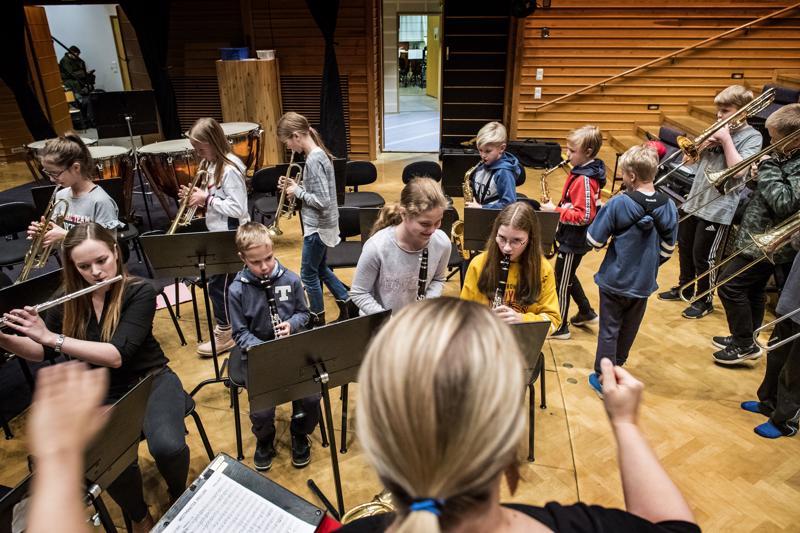 Konservatorion C-orkesteri on tänä vuonna harjoitellut soiton lisäksi myös marssiaskeleita.