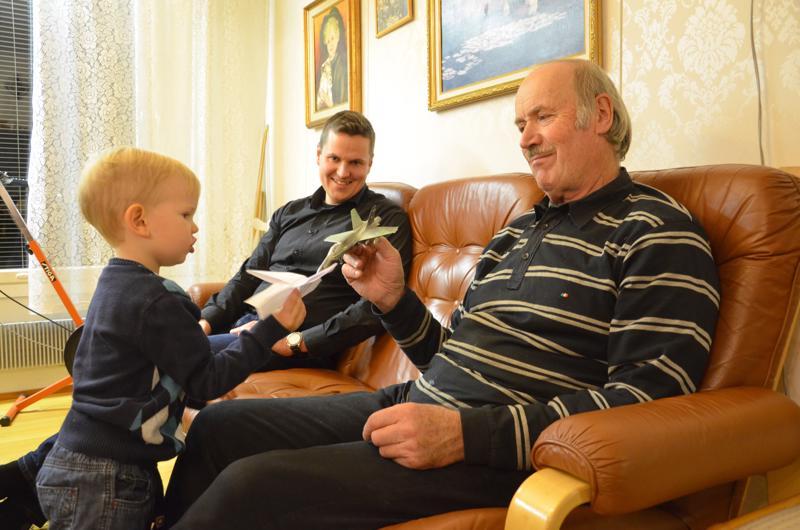 Lentokoneet ovat Ketun perheen miesten yhteinen juttu. Saku (vas.) tykkää leikkiä Eero-vaarin (oik.) taittelemilla lennokeilla ja Antti-isän (kesk.) kokoamilla pienoismalleilla.