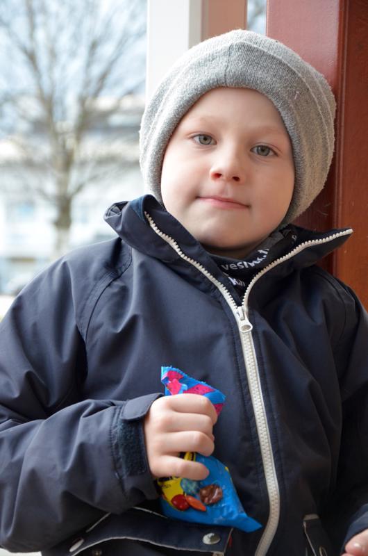 Leevi Isokangas, Toholampi- Antaa sille lahjoja. Koulussa on tehty korttia.