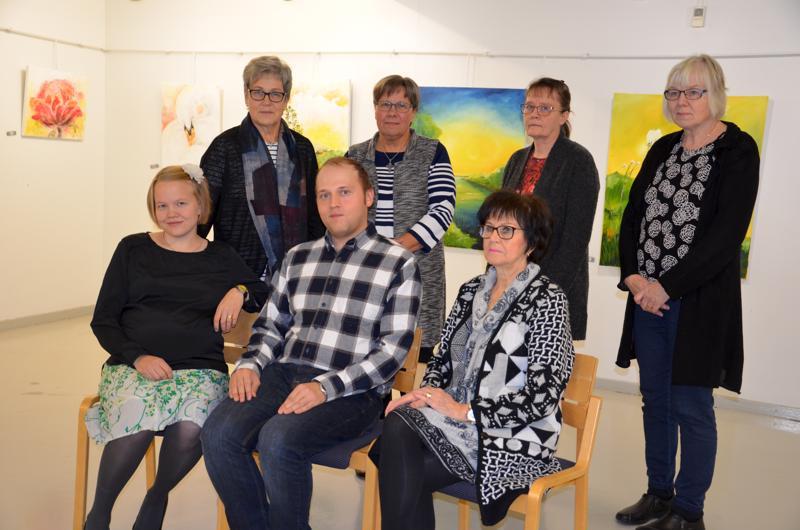 Yhteisnäyttely. Lampin maalarit -näyttely on tuonut Galleria Justukseen toholampisten Annikki Salon (takana vasemmalla), Dagny Hopeavuoren, Salme Asialan, Hilkka Nikin, Mervi Puolivälin (edessä vasemmalla), Arto Lahnalammen ja Kaarina Hautamäen töitä.